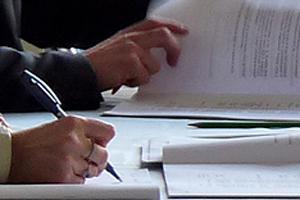 signature d'un document lors d'un bureau communautaire