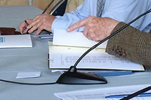 mains des élus signant un document au conseil communautaire