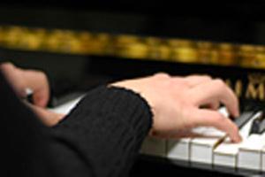 main sur un piano